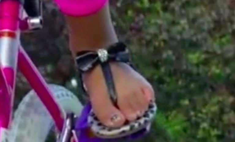 Mom Pulls Daughter Out of School After Teacher Threw Her Sandals In the Trash